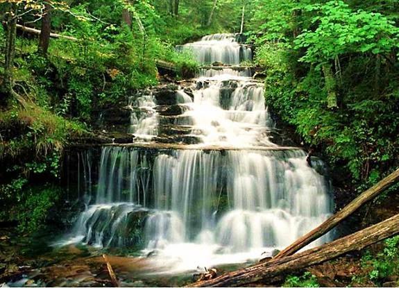 Agua cayendo por una cascada, una imagen que representa el elemento agua en la filosofía feng-shui