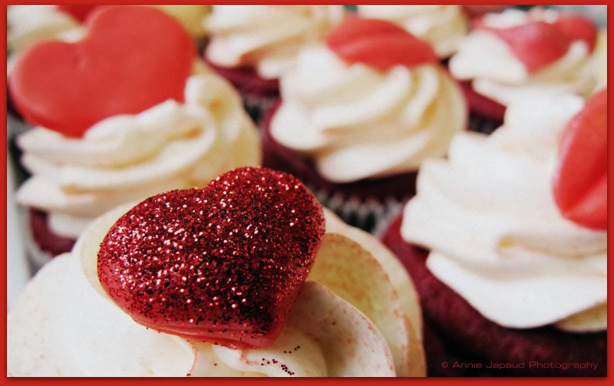 CUPCAKES WITH HEART DECORATIONS