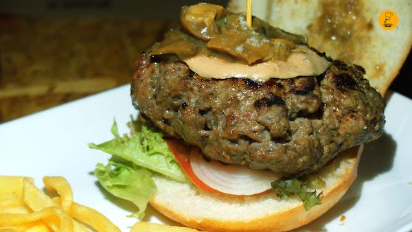 Hamburguesa ternera 250 gramos con foie y hongos estofados al jerez (12.50€)