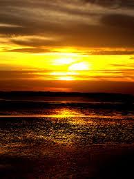 Sesaat lagi matahari menyombongkan perhiasan emasnya Merayu laut untuk mau bersetubuh Menghindari gelap yang selalu merongrong wibawanya Malu jika angkuhnya berkalung bintang  Karya: Dirwan Baharuddin   KETIKA MALAM MENJEMPUT