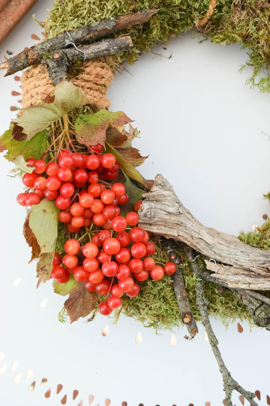 DIY Mooskranz einfach selber machen mit Moos Beeren Holz und Sisal. Naturdeko Anleitung zum Kranz binden. Dekorieren mit Natur. kreativ herbstdeko