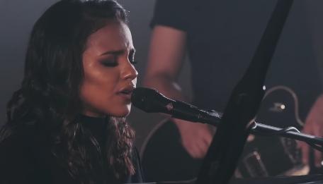 Julia Vitória lança dueto com Gabriela Rocha
