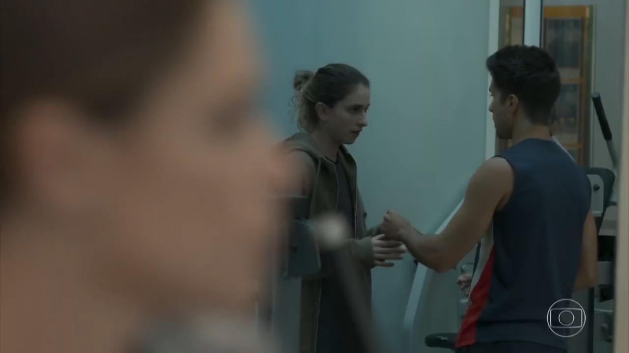 """Cena em que um professor de academia vende hormônio para a personagem Ivana, da novela """"A Força do Querer"""". Foto: TV Globo/Reprodução"""