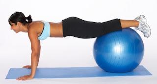 """<img src=""""flexiones-con-pelota.jpg"""" alt=""""las flexiones incluyen un movimiento de bajada y otro de subida, manteniendo la pelota alejada de las rodillas"""">"""