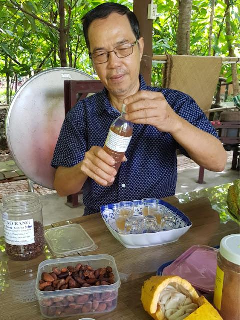 Cacao plantage van Muoi Cuong: cacao wijn: chocolade maken