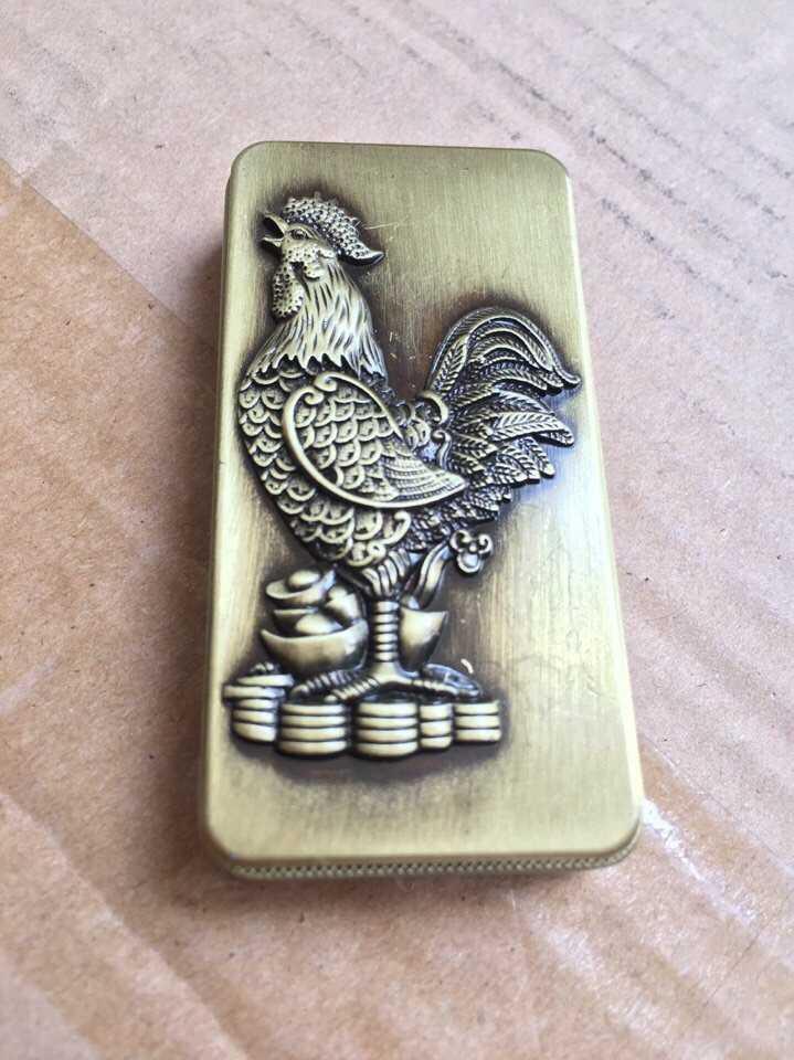 Bật lửa hộp quẹt Gà trống đứng trên thỏi vàng