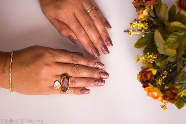 Esmalte cheio de brilho com glitter no alongamento de unhas acrílicas