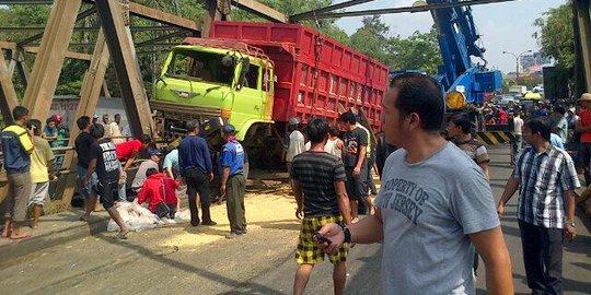 Rumah Mantan Ketua DPRD Ditabrak Truk, 12 Burung Mahal Hilang