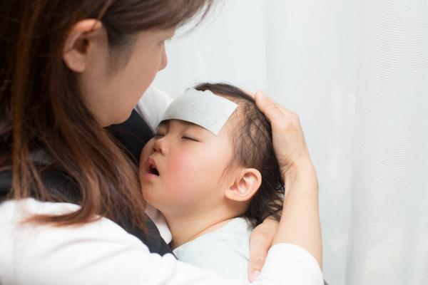 Pelukan Ibu Bisa Turunkan Demam Anak, Bagaimana Bisa? Ini Penjelasan Medisnya