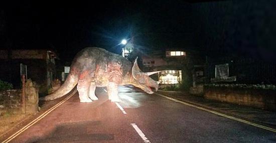 Dinossauro na estrada - O que um Triceratopes está fazendo no meio da pista?