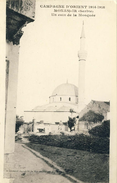 Yeni mosque with the surrounding buildings on the right side and part of the buildings in Pekmez Market, Postcard from 1918