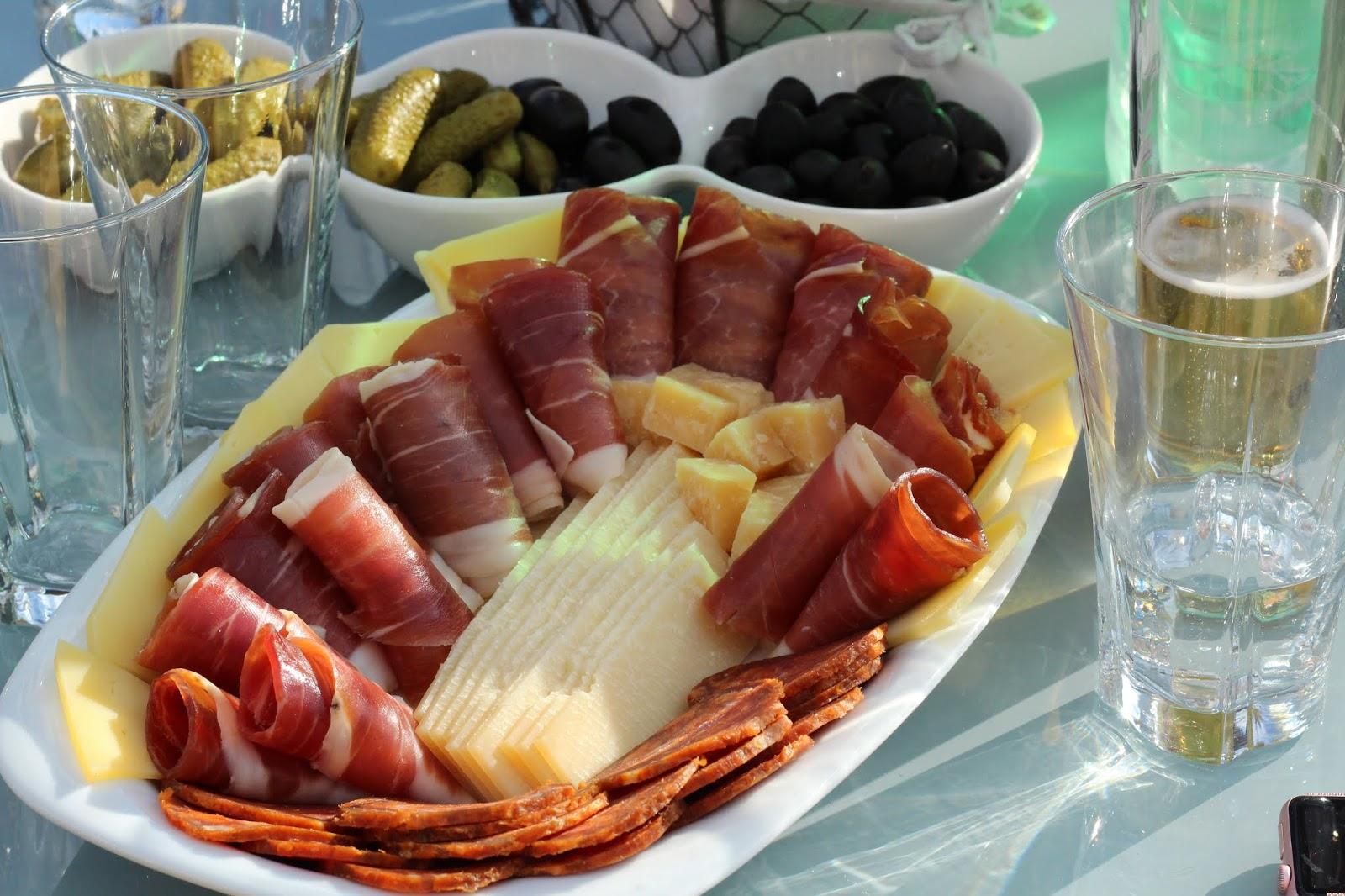 Schinken und Käse zum Empfang in der Villa Hill View, Kroatien