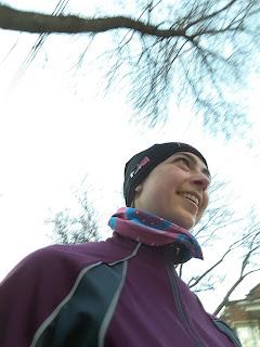 Coureuse souriante, dehors, l'hiver