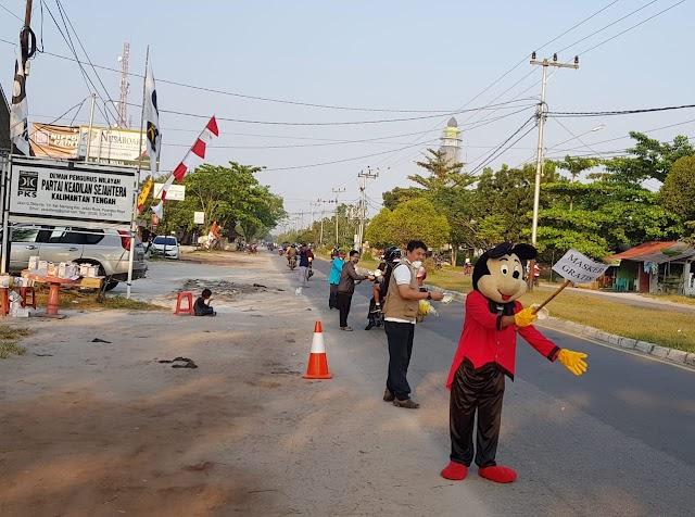 PKS Kalteng Bagikan Masker N 95 Untuk Cegah Dampak Asap Kebakaran