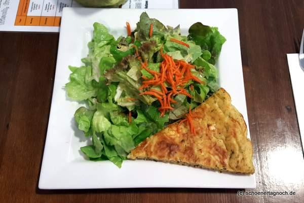 Schafskäse-Zucchini-Tarte mit grünem Salat