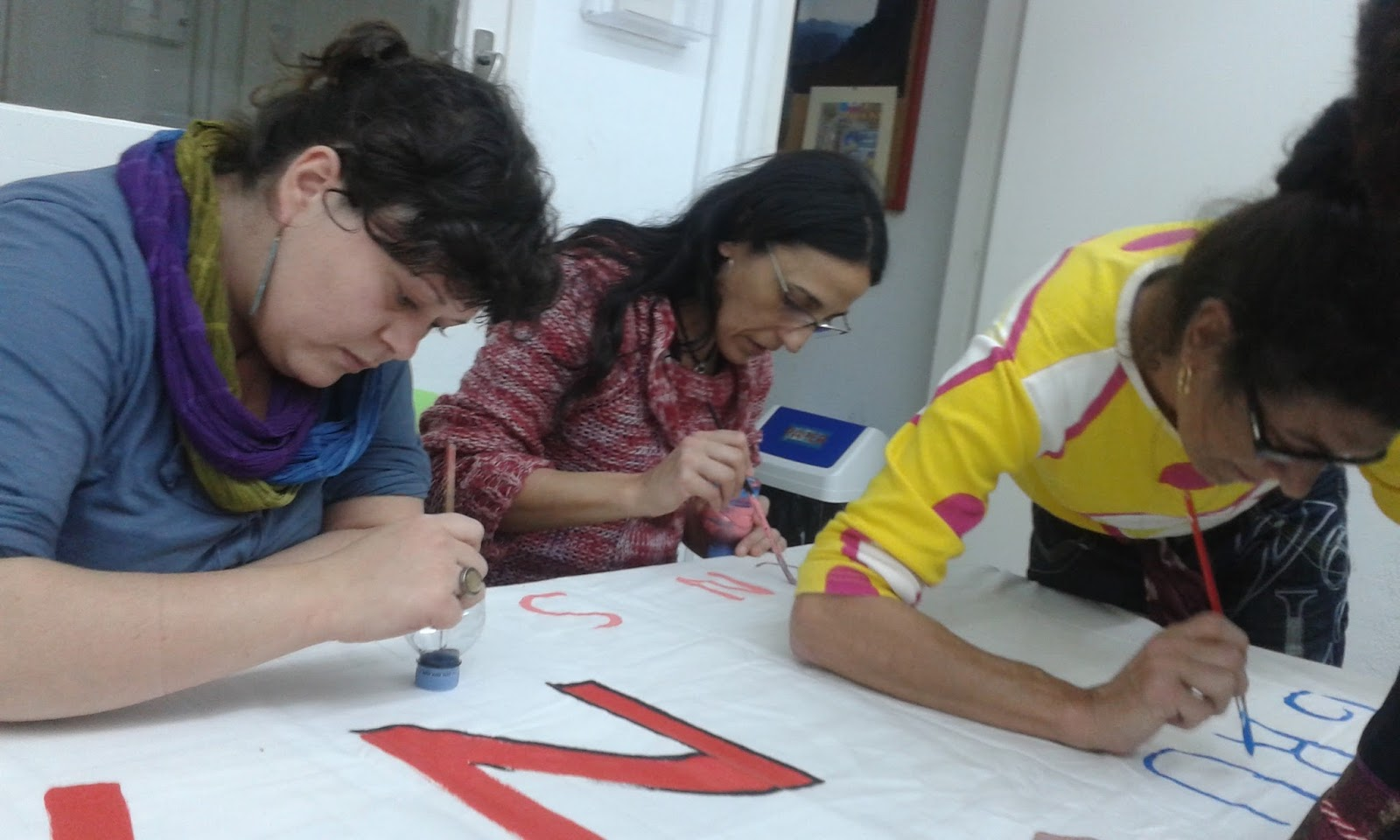 Grup de donas DONAT, preparando carnaval Sants-Montjuic 2016,  donat es una sección dedicada a las mujeres de deixalatevaempremta.org