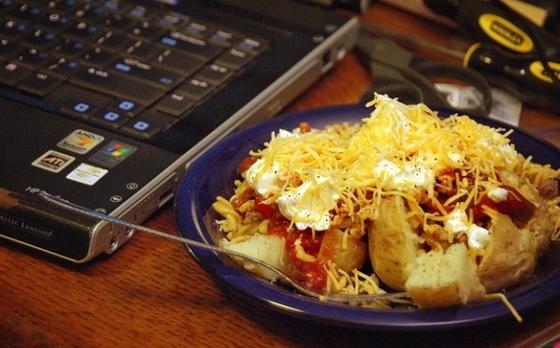 Comida cerca a la computadora