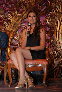 Gauhar Khan Sizzling Legs Show While Giving Speech On Mike 2