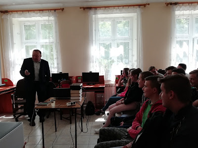 Pankiewicz opowiada uczestnikom spotkania o pomniku w Islandii