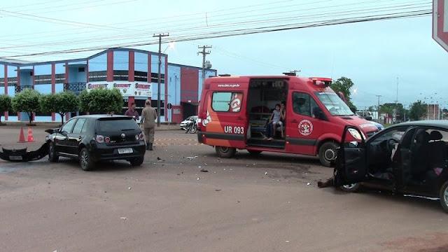 Carros se chocam em cruzamento de via em Rolim de Moura