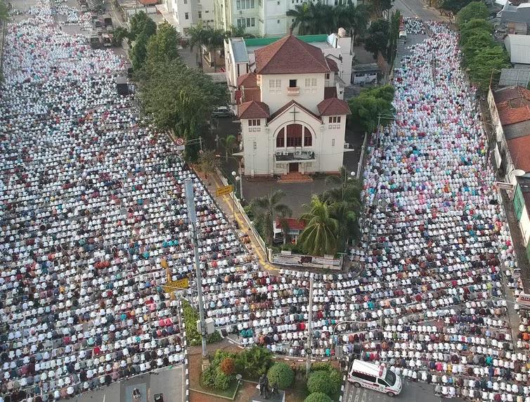 """Sebuah Gereja """"Dikepung"""" Umat Islam"""