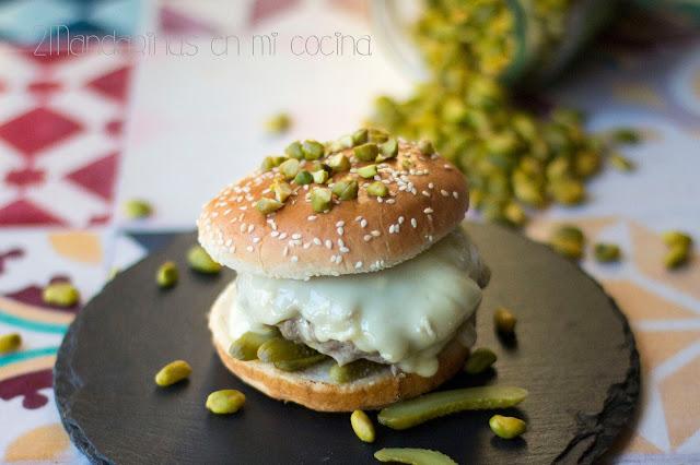 #PistachoDiet Hamburguesa de pan brioche con pistachos, pepinillos y queso camembert
