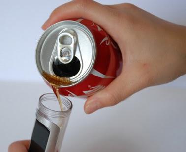 Teléfono celular que usa coca-cola como batería.