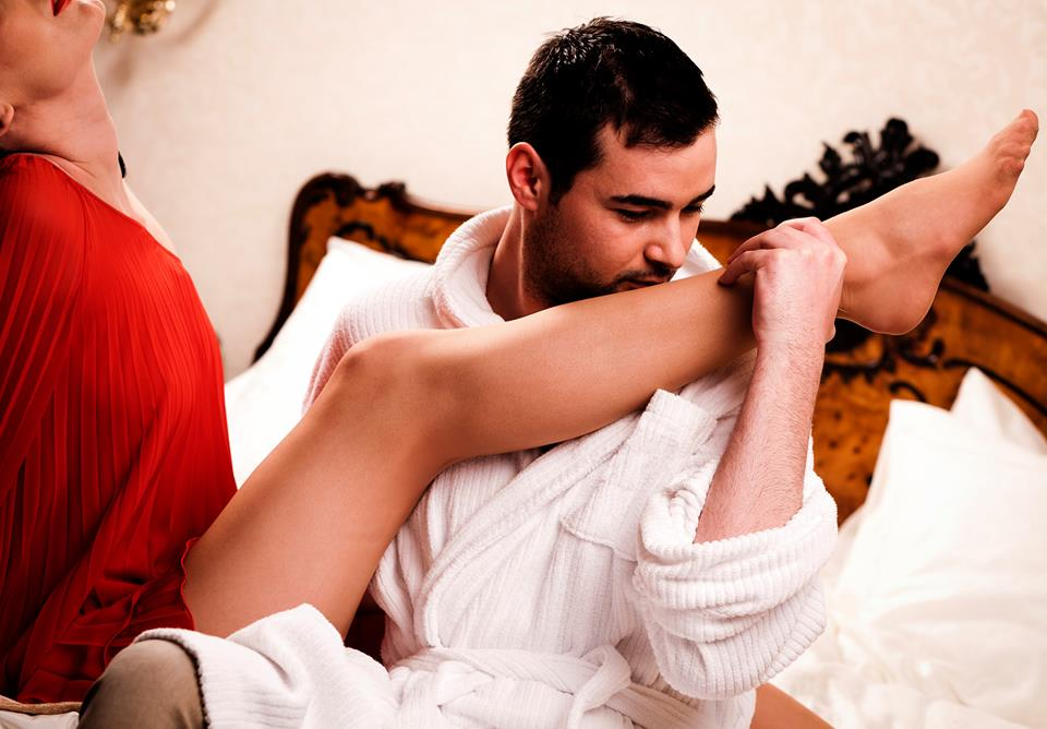 парень целует даме ножки - 5