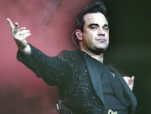 Robbie Williams: A lesbian kiss in her next video