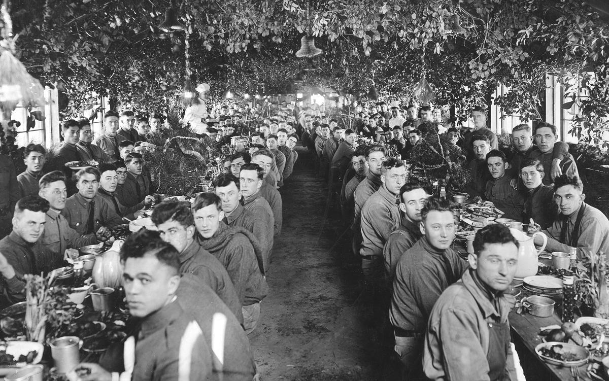 Soldados estadounidenses asisten a una cena de Navidad en Camp Logan, en Texas.