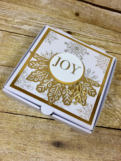 This Christmas Mini Pizza Box holds 3x3 cards (among other things!).  We decorated it with Stampin' Up!'s the Year of Cheer Specialty Paper, Foil Snowflakes, Year of Cheer Embellishments, Gold Foil Paper, and the Cheers to the Year stamp set.  #stamptherapist #stampinup www.stamptherapist.com