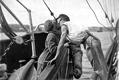 http://2.bp.blogspot.com/-2Jt-kEqjieg/U4ih1IWx7VI/AAAAAAAAve4/A-GaQHpYBOc/s1600/Man+and+woman+kissing+across+two+vessels.jpg