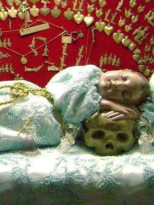El Niño de las Suertes Descansando sobre una Calavera