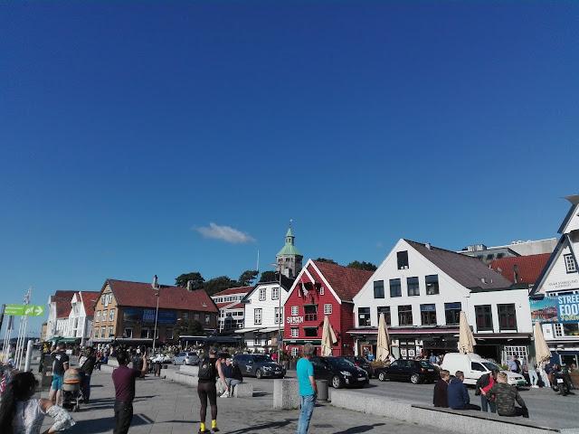 Almacenes convertidos en bares y restaurantes en el Puerto de Stavanger (@mibaulviajero)