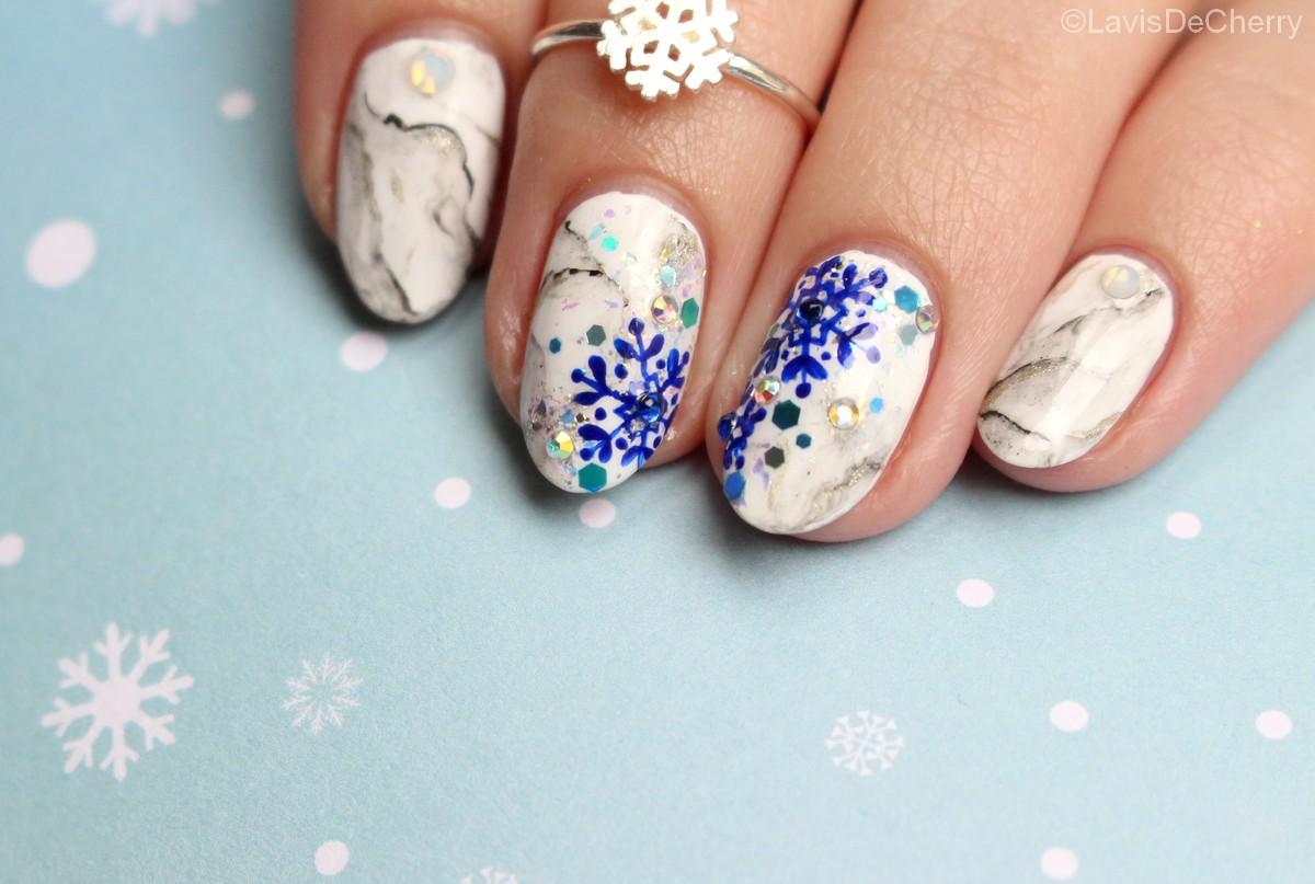 nail-art-marbre-blanc-noel-nouvel-an-flocons-paillettes