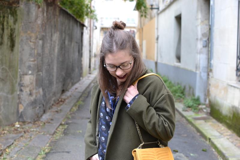 manteau kaki Sheinside, chemise oeil princesse tam tam, sac jaune Zara