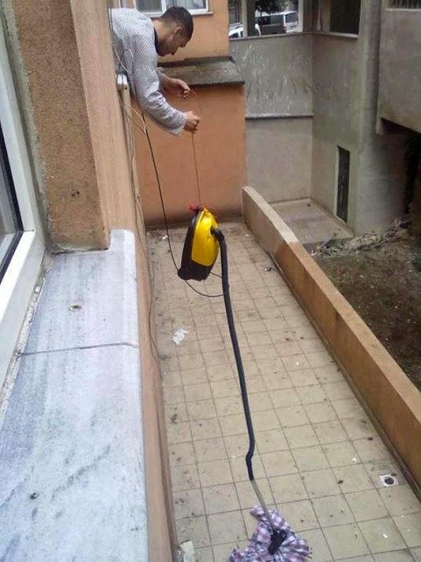 Un dispositivo muy ingenioso para alcanzar la camisa.