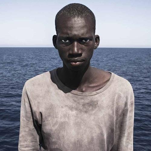 Retrato de un migrante africano rescatado en el mar Mediterráneo.