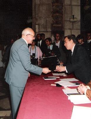Ángel Ribera recibiendo la placa y medalla de Forjador de la Historia Deportiva de Catalunya