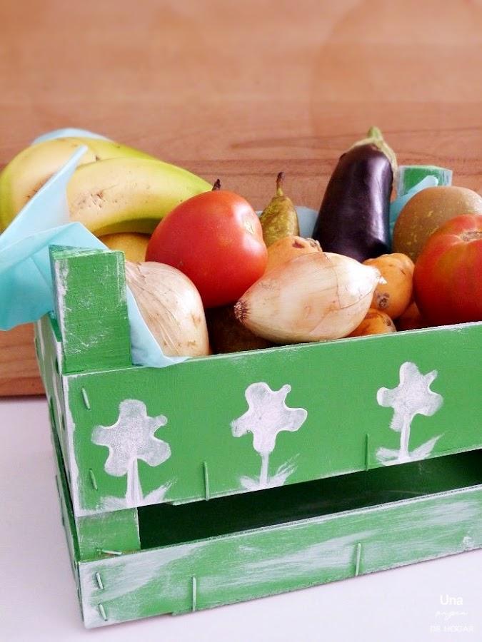 caja de frutas pintada con chalk paint. Caja de madera decorada con pintura y dibujos de patatas estampadas