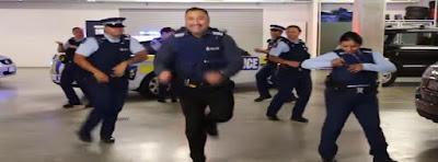 bailan la Policía de Nueva Zelanda