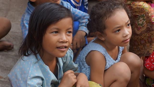 Enfants de Boeng Trabbeck, attentifs