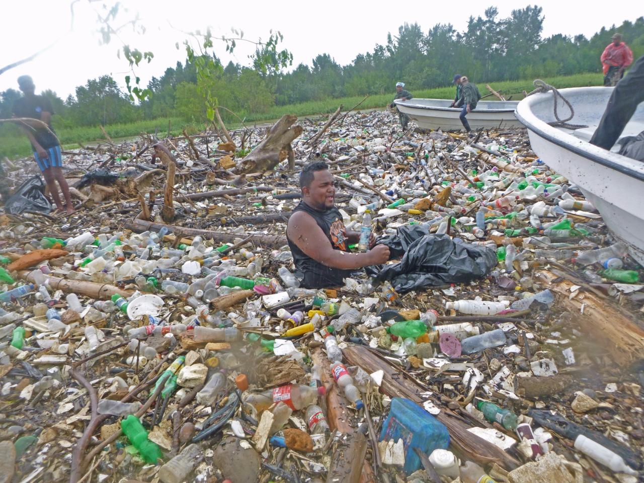 Atacando costas se llenan de pl sticos en el este for Plastico para impermeabilizar lagunas