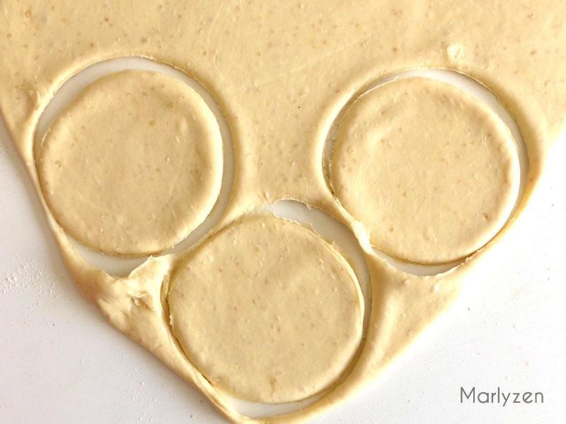 Etalez la pâte et découpez des cercles.