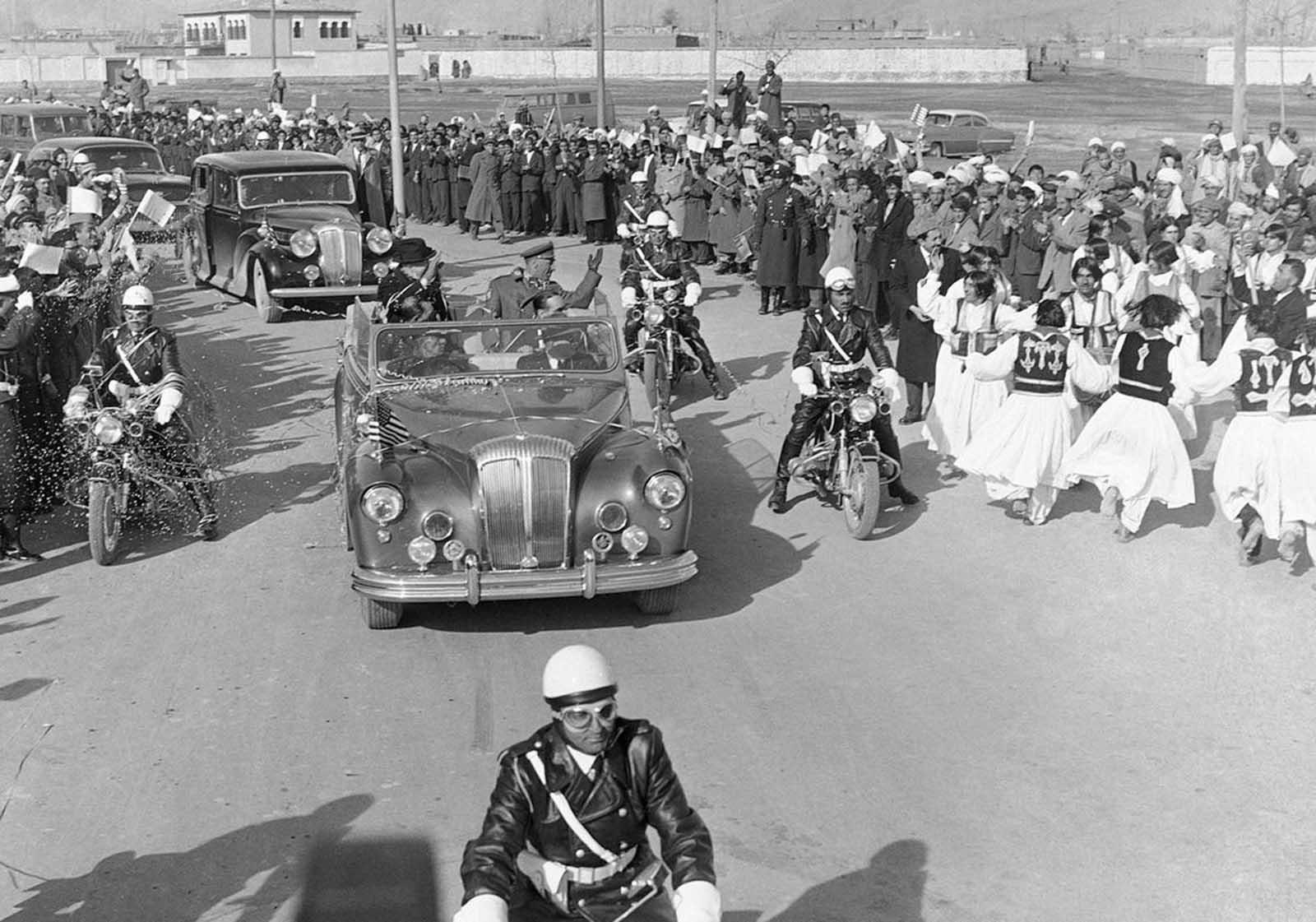 Los bailarines se presentan en la calle de Kabul, Afganistán, el 9 de diciembre de 1959, luego de la llegada del presidente Eisenhower desde Karachi. Después de una estancia de cinco horas en Kabul, Ike voló a Nueva Delhi.