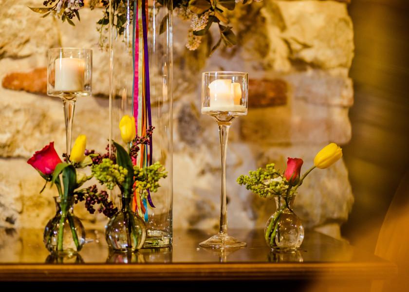 Wstążki na stołach weselnych.