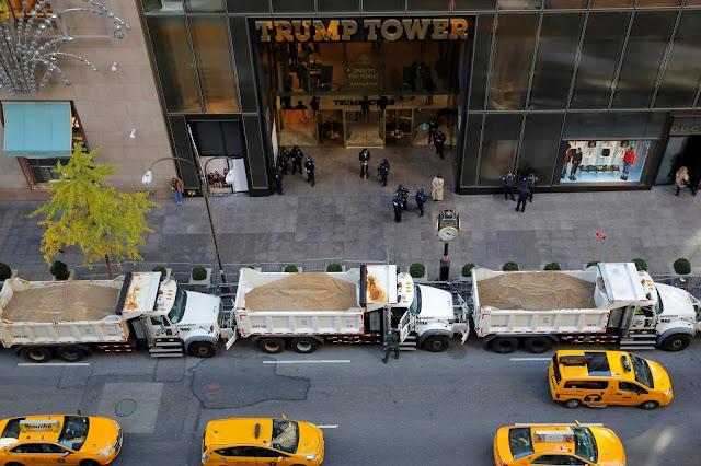 Caminhões cheios de areia em frente ao Trump Tower e do Centro Javits, onde Hillary Clinton vai assistir os resultados da eleição.