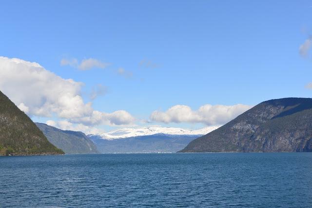Norvège Naeroyfjord un bras du Sognefjord callsé au patrimoine de l'humanité par L'Unesco : Gudvangen dans le lointain