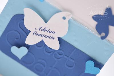 Fluturas personalizat cu numele bebelusului atasat de invitatia de botez handmade