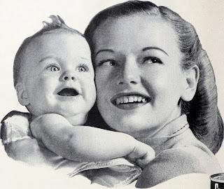 Precioso bebé en brazos de su madre,  Foto antigua en Blanco y Negro